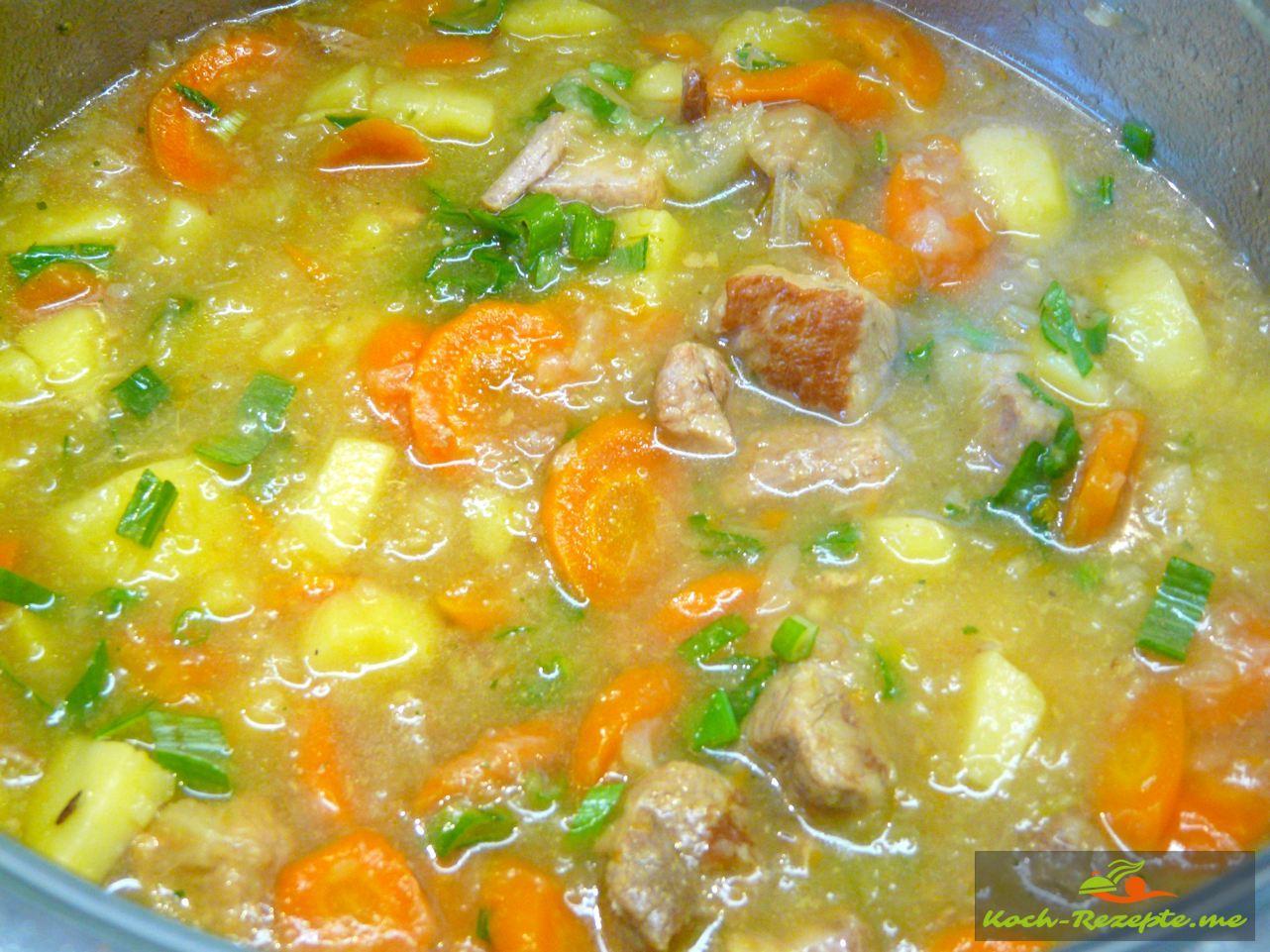Fretig zum Servieren schneller Gemüseeintopf mit Schweinefleisch, Sauerkraut, Möhren und Kartoffeln.