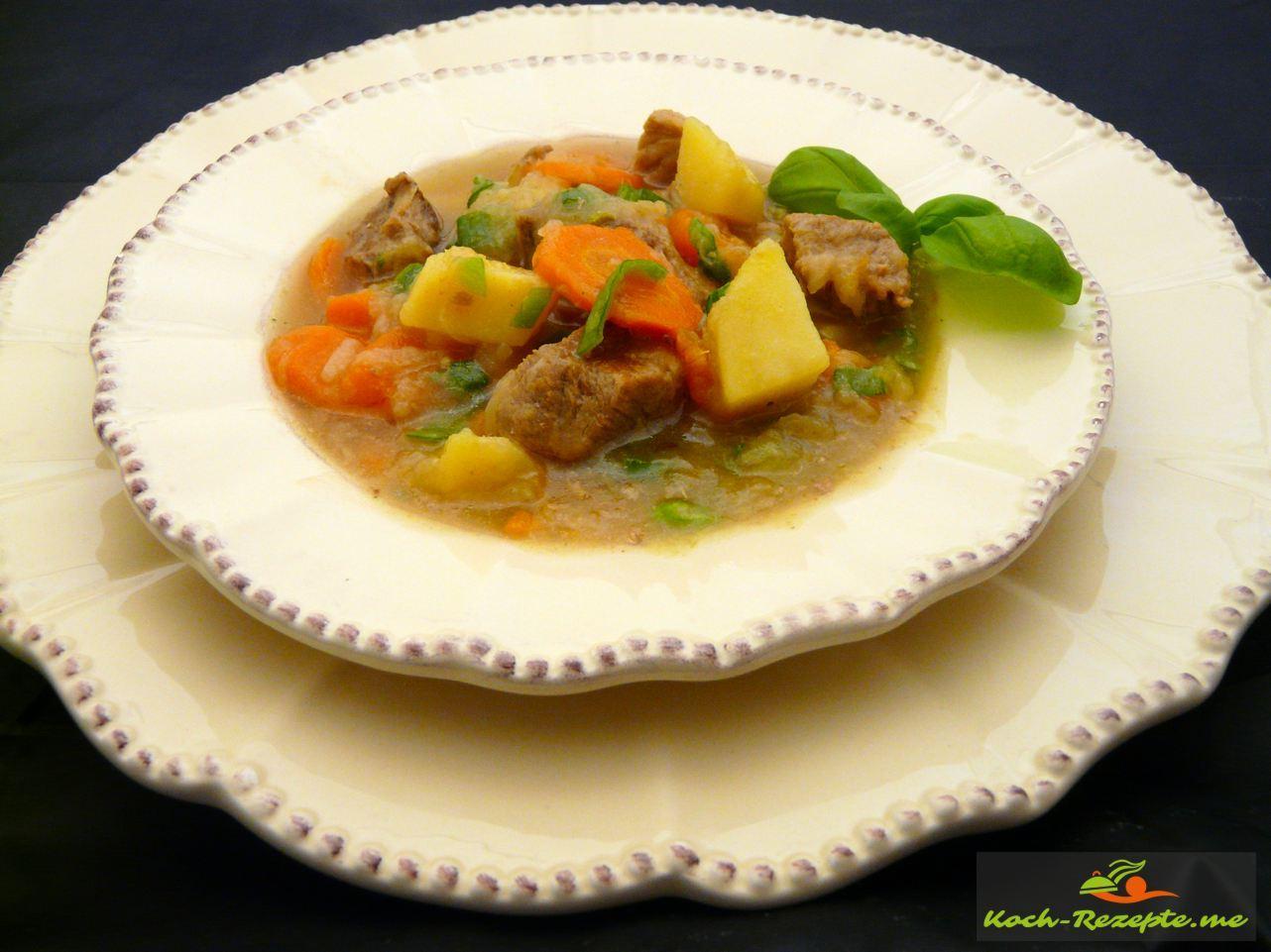 Schneller Gemüseeintopf mit Schweinefleisch, Sauerkraut, Möhren und Kartoffeln.