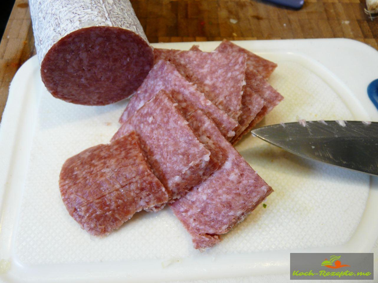 Hartwurst in Würfel schneiden