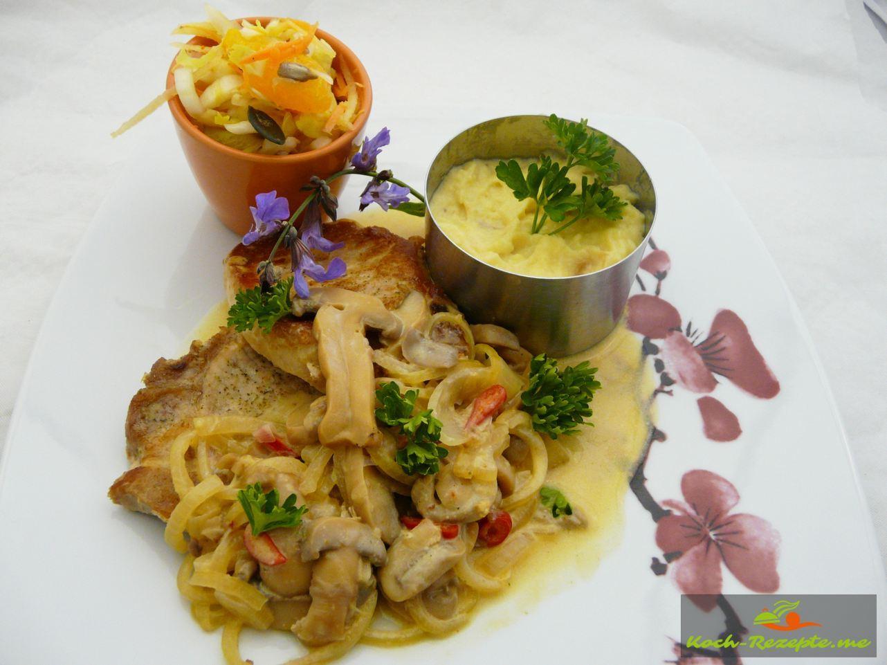 Champignon-Zwiebel-Schnitzel in Sahnesauce klassisch zubereitet.