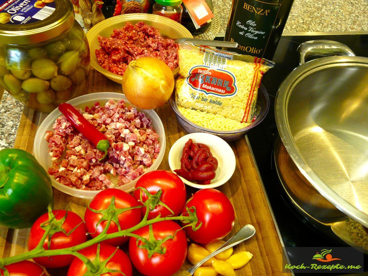Für den Hackfleischtopf. Zutaten:350 g Rindergehacktes 150 g Schinkenspeck 1 Zwiebel 1/2 Chilischote 6 Tomaten  20 grüne Oliven 1 grüne Paprika 5 Knoblauchzehen geräuchert 1 El Tomatenmark 100 g Kritharaki-Nudeln  2 EL Olivenöl 1 TL Harissa 3 Stiele Thymian 200 ml Rinderbrühe