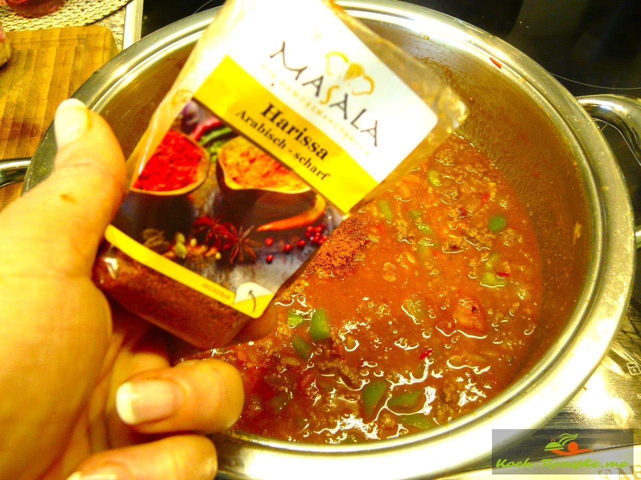 Für den Hackfleischtopf. Die Sauce mit Harissa abschmecken
