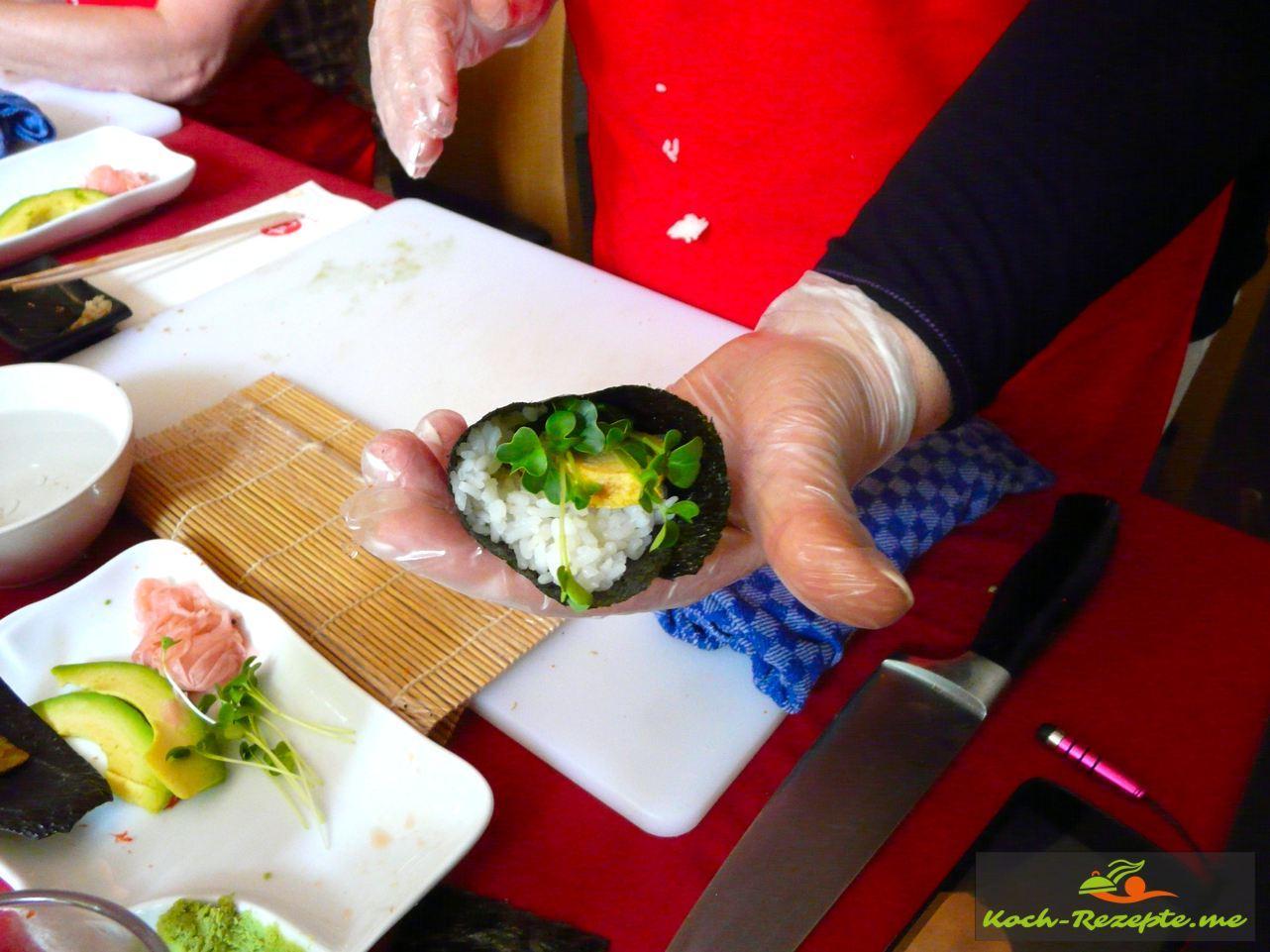 dann kommt  ein Streifen Tamagoyaki dazu und verschließen als Tüte