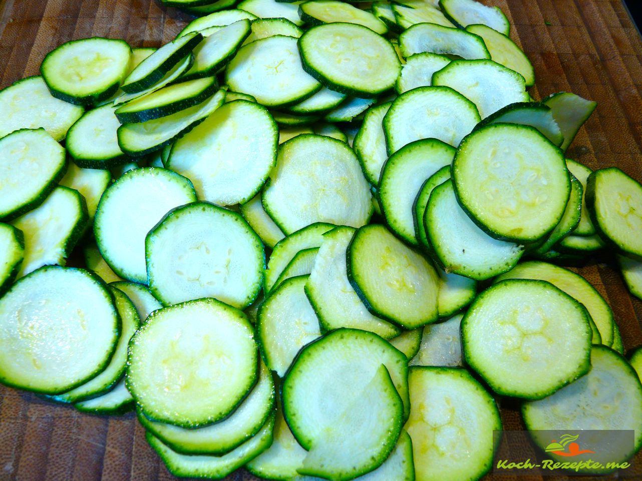 Zucchini-Chips selber gemacht lecker und leicht auch zur Zucchinisuppe mit Ingwer zu servieren, Zucchini in Scheiben schneiden