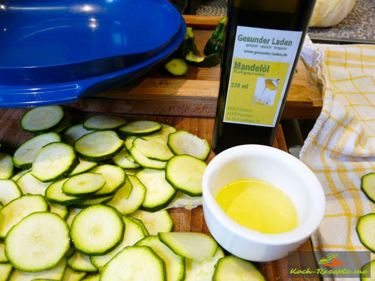 Zucchini-Chips  mit Mandelöl bestreichen
