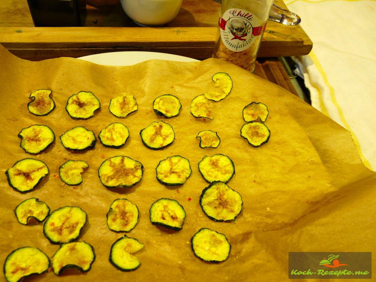 Zucchini-Chips  mit Mandelöl bestreichen und mit geräuchertes Chilisalz würzen