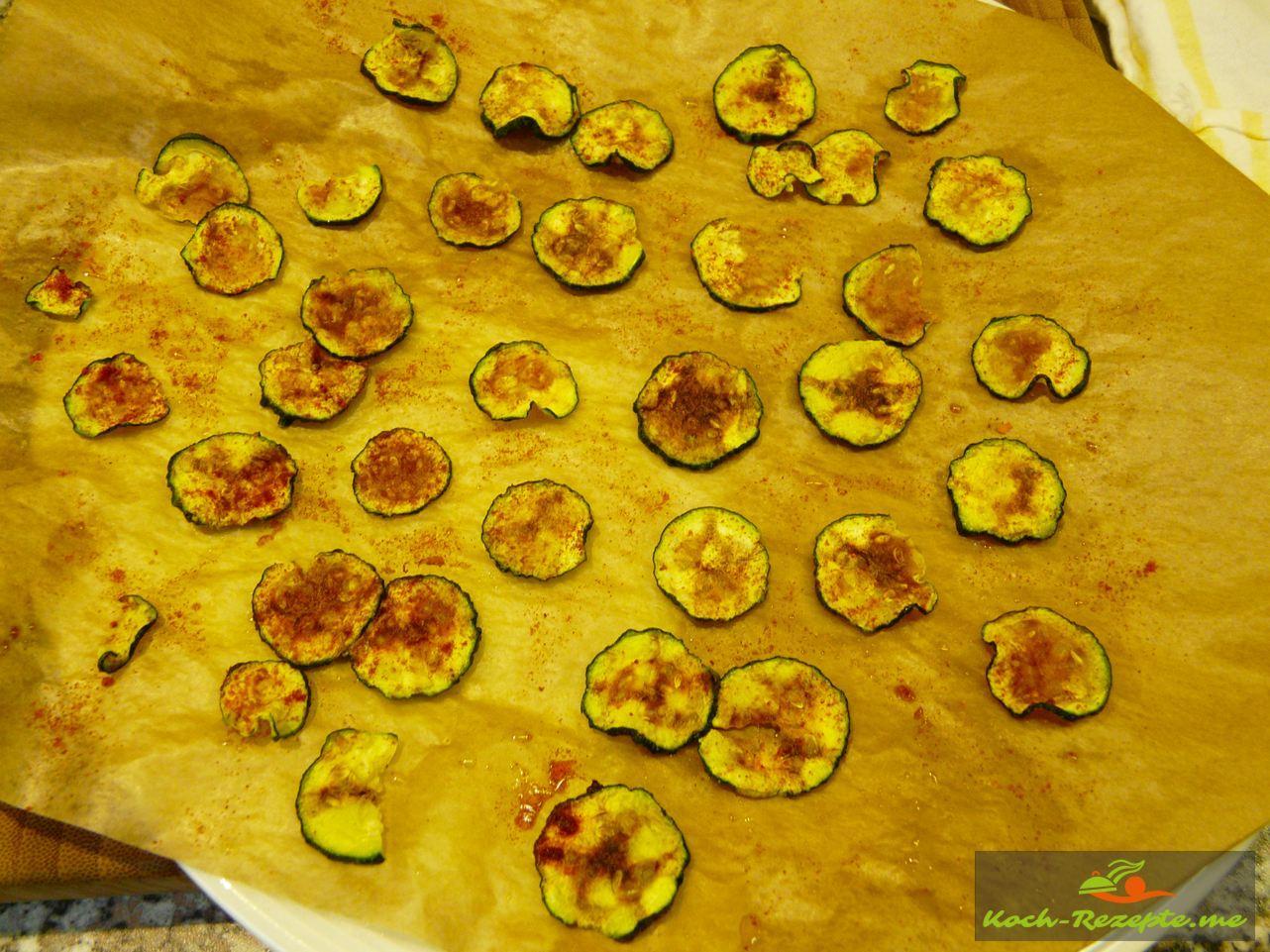 Zucchini-Chips  mit Paprika edelsüß bestreut und ausgebacken in der Mikrowelle