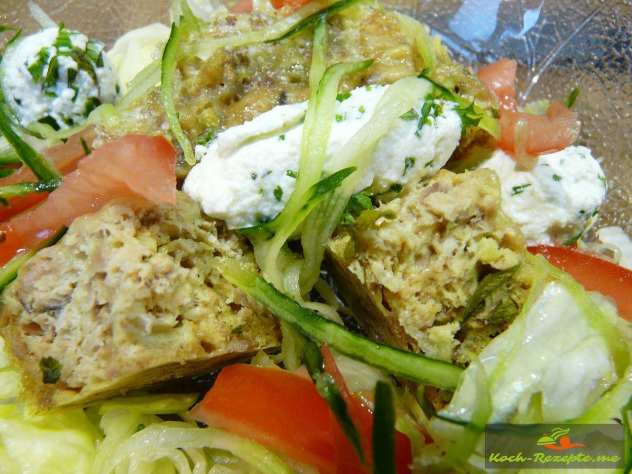 Low Carb Thunfisch-Soufflé mit Salat und Hüttenkräuterkäse