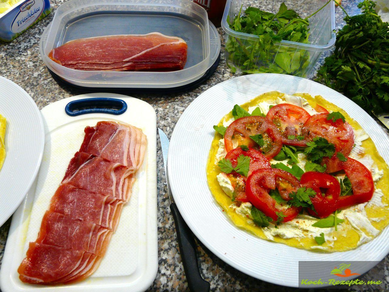 Crepes belegt mit Tomaten ,Rocula, Schinken und Frischkäse