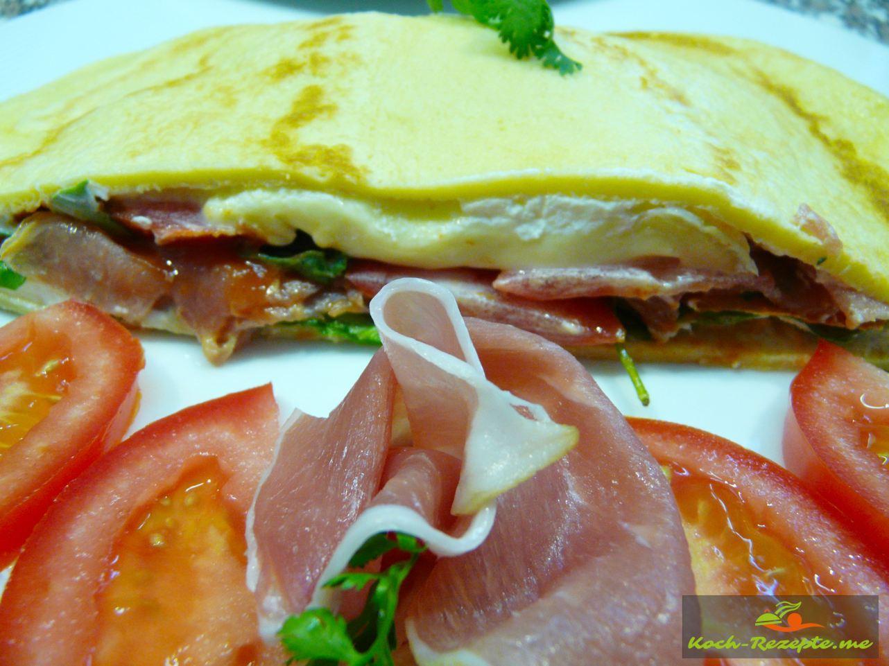 Verschieden belegte Crepes, mit rohem Schinken Tomaten Käse, Rucola Salat, Frischkäse