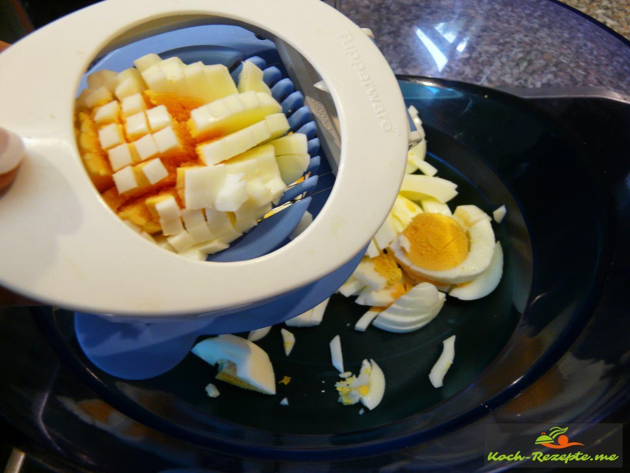 Hart gekochte Eier fein würfeln