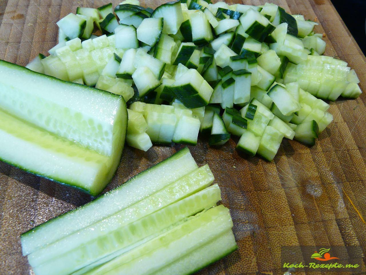Salatgurken fein würfeln