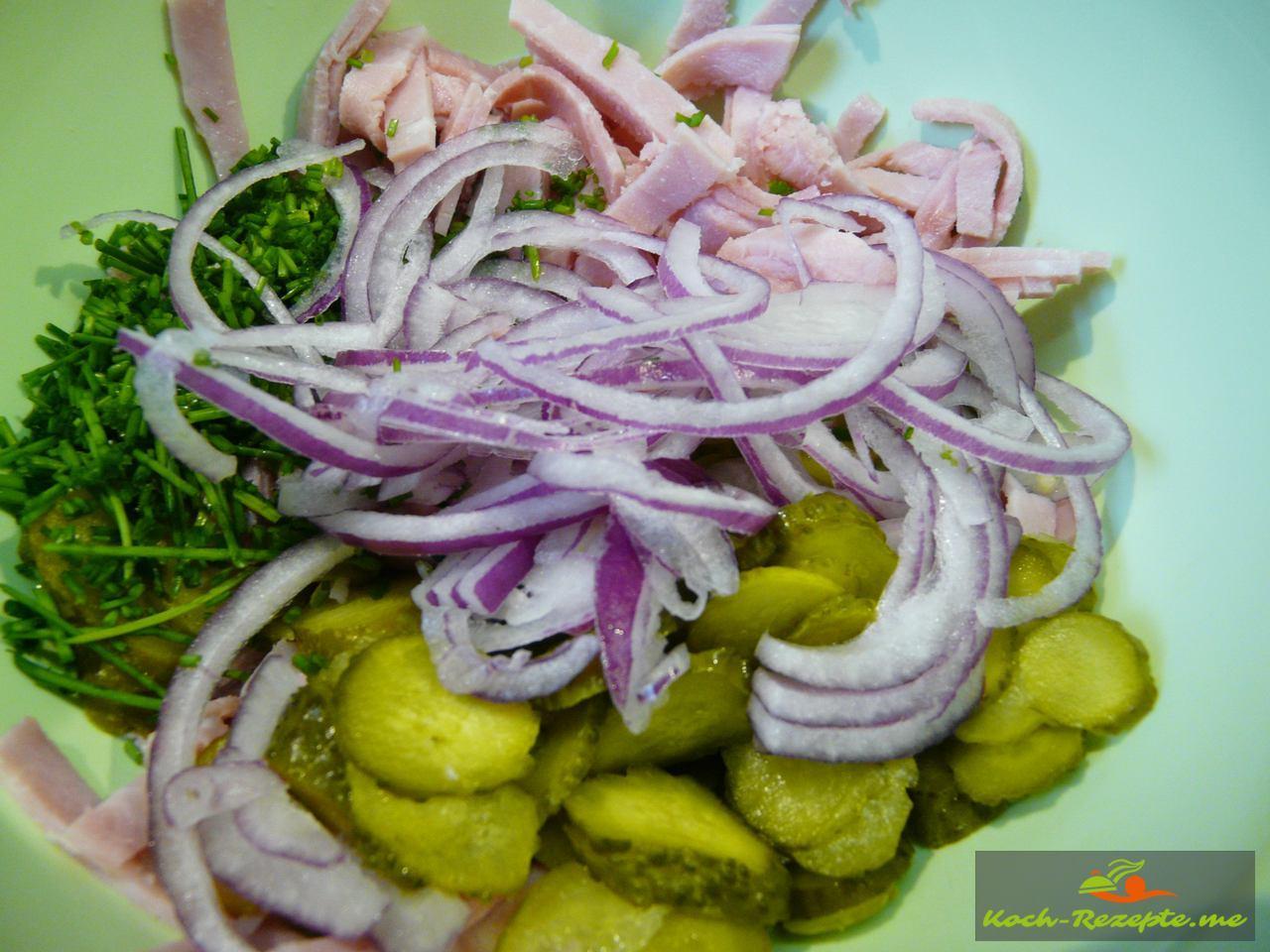 Alle Zutaten für den Bayrischer Wurstsalat in eine Schüssel geben