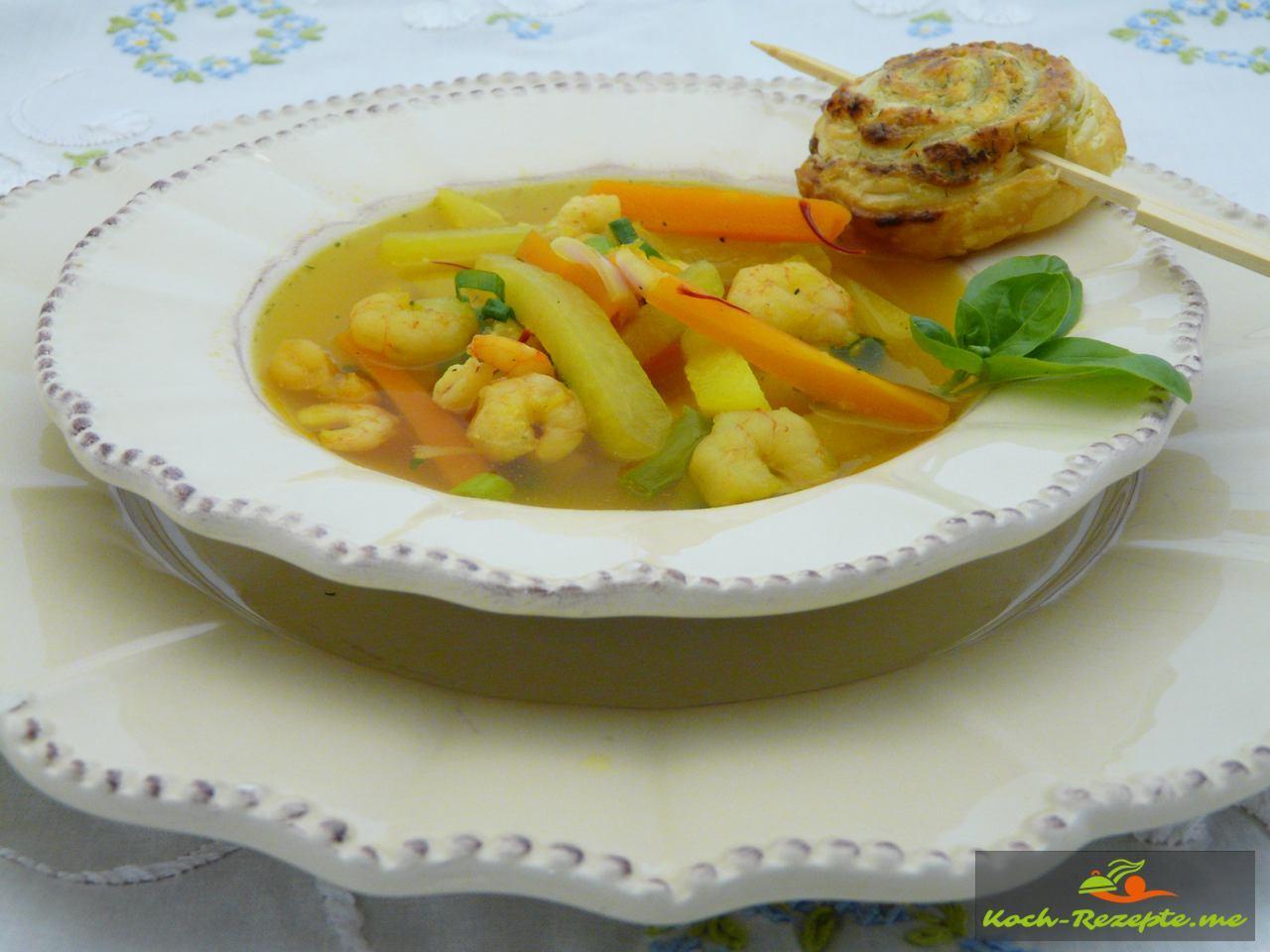 Fertige Kohlrabi Safran Suppe mit Garnelen