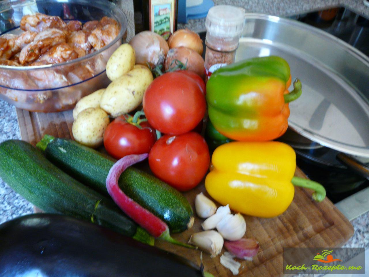 Zutaten: Zucchini,Paprika,Tomaten, Zwiebeln,Auberginen, Knoblauch,Kartoffeln,Fenchelknolle,Chili, Olivenöl, geräuchertes Chilisalz,Hähnchenteile