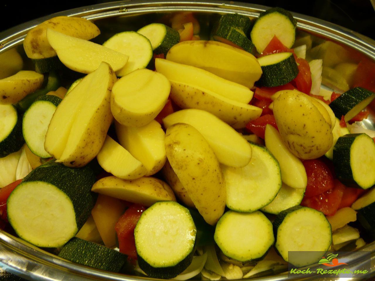 Gemüse in einen Bratentopf verteilen und würzen