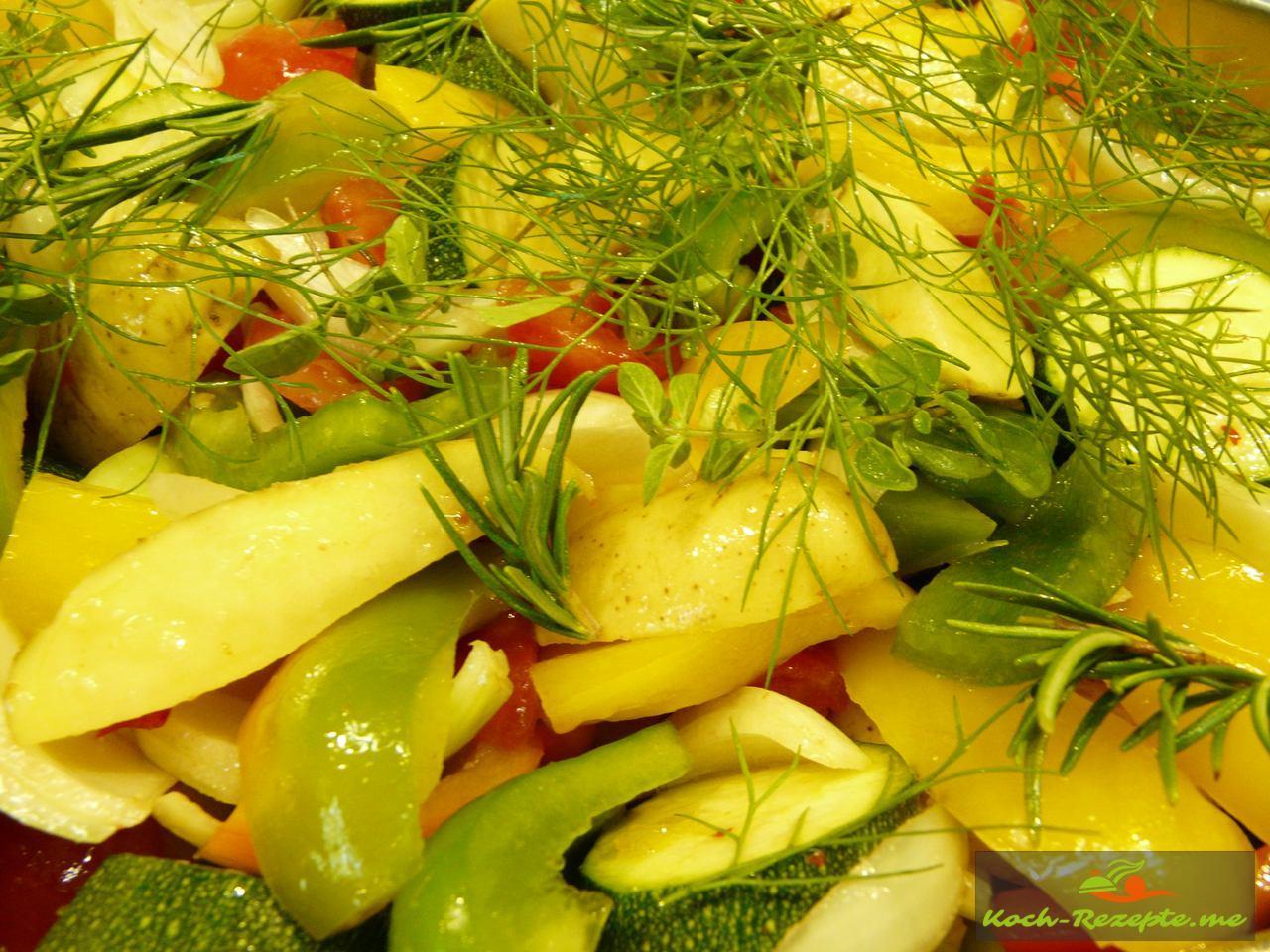 Gemüse schichten im Bratentopf und mit Kräuter bedecken