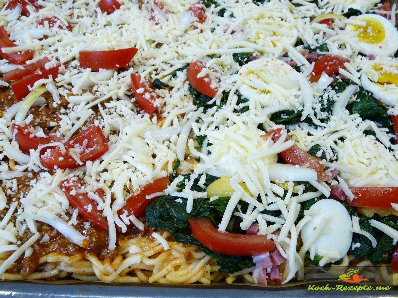 Mit geriebenen Käse überstreuen Spaghetti Pizza Bolognese