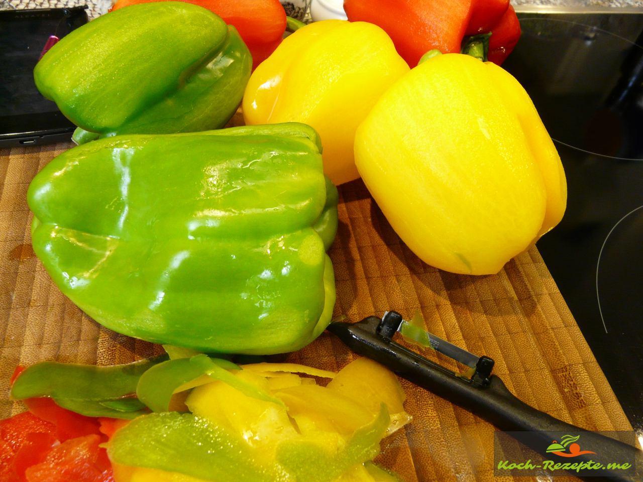 Rote, gelbe und grüne Paprika schälen
