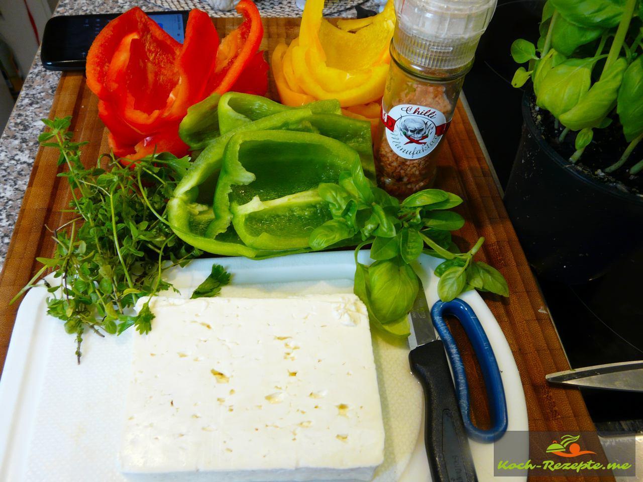 Die Papriksstücke werden für 10 Minuten über Wasser gedünstet dann gefüllt