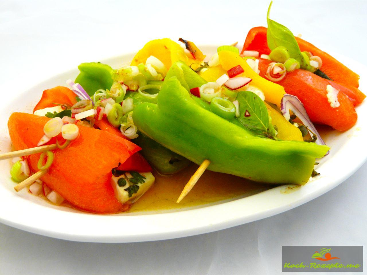 Die  Feta-Paprika Päckchen  in die Vinaigrette einlegen für 10 Minuten dann servieren