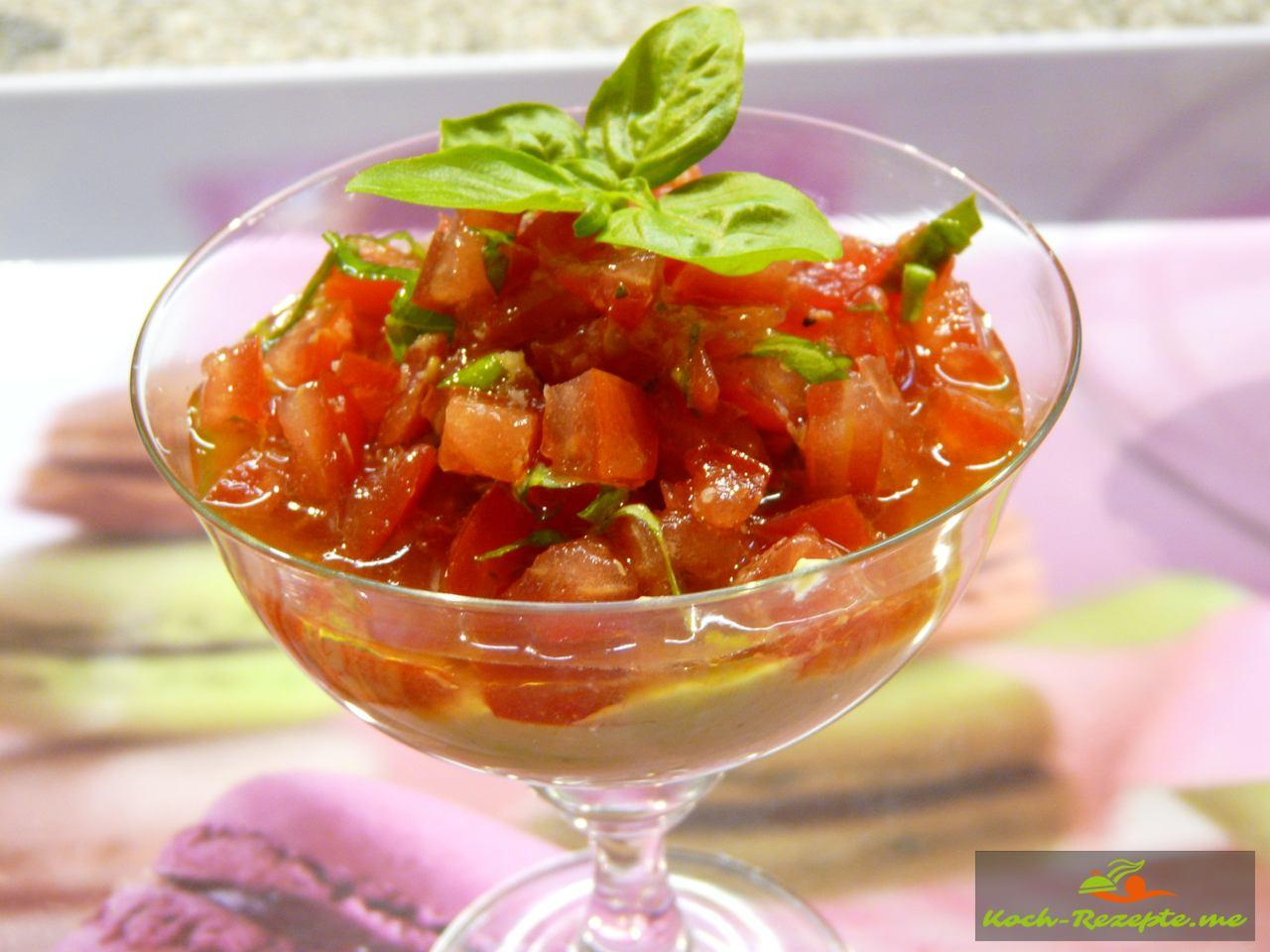 Avocadocreme eine schnelle und kalte Vorspeise mit Tomaten.