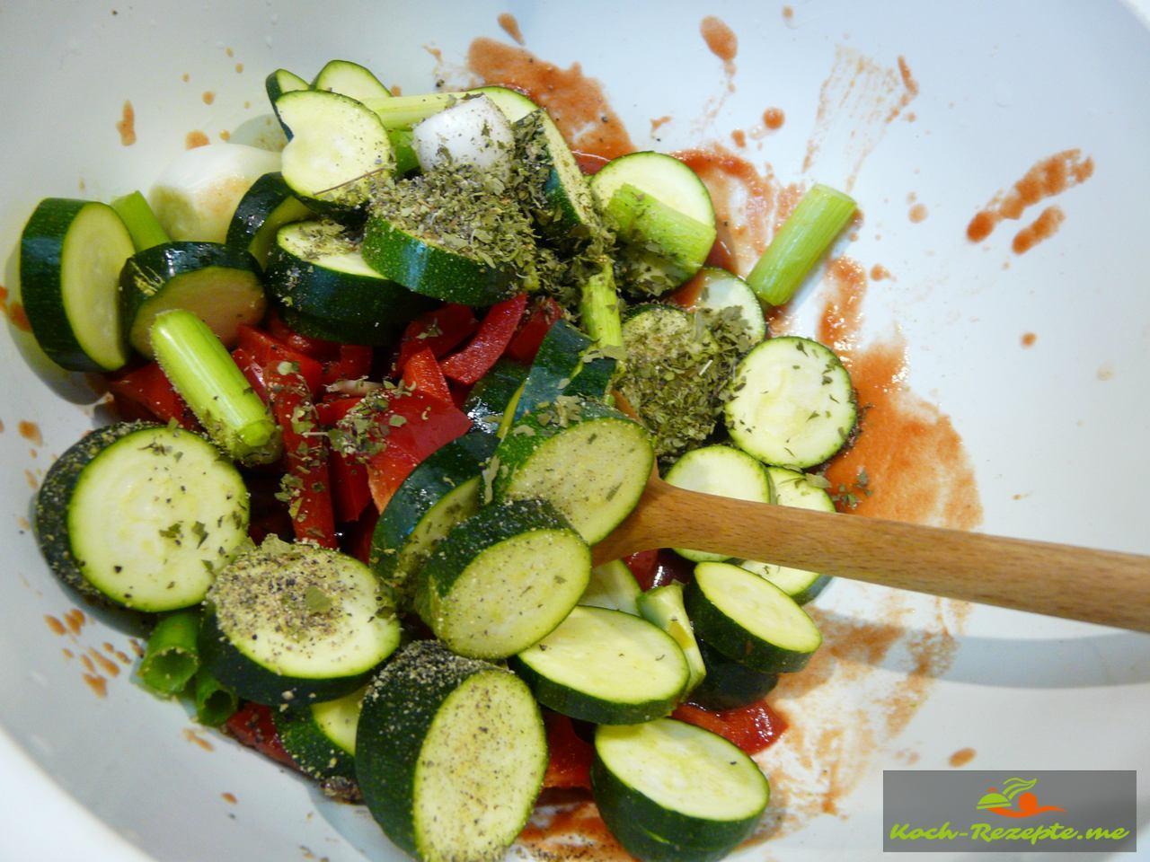Die Gemüsesorten im Tomatenpüree gemischt