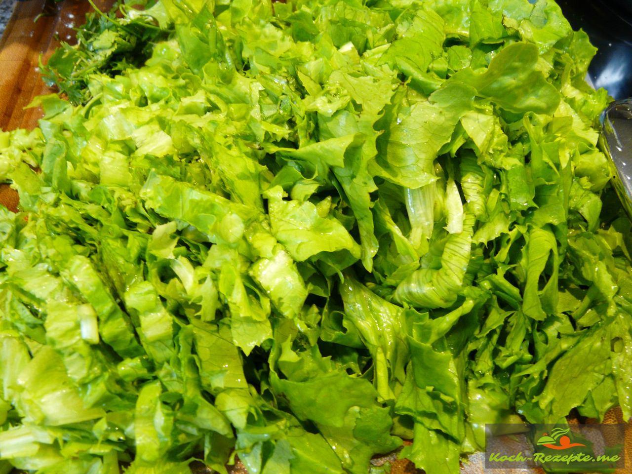 den geputzten und klein geschnittenen Romanasalat