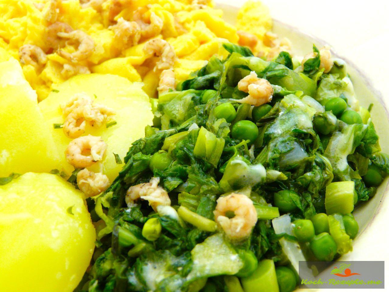 Salzkartoffeln, Rührei und Kochsalat mit Erbsen verfeinert mit Krabben