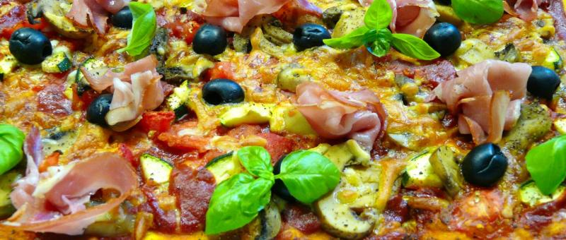 sommer pizza rezept schnell lecker mit zucchini backen. Black Bedroom Furniture Sets. Home Design Ideas