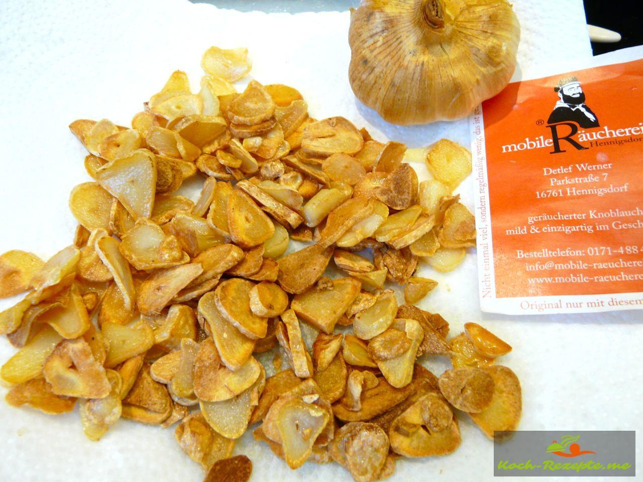 Köstliche geräucherte Knoblauch-Chips in Rapsöl ausbacken Räucher-Knoblauch-Chips