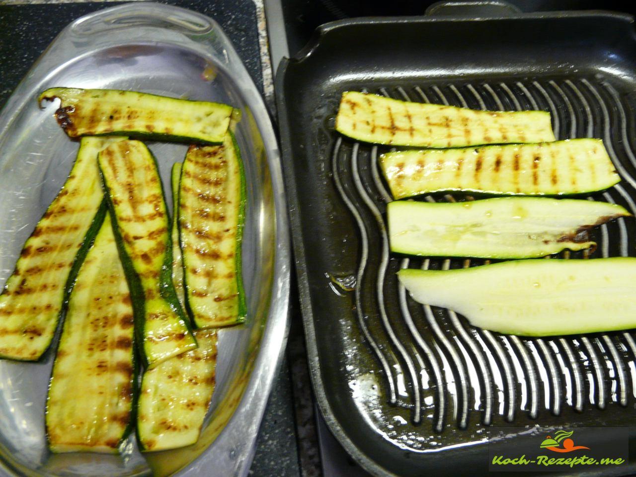 Zucchinischeiben in einer Grillpfanne vorgrillen