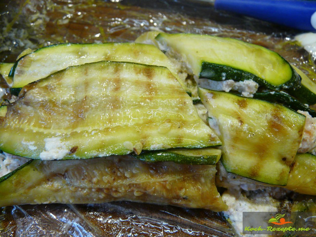 fertige Lachs-Zucchini Rolle ausgerollt