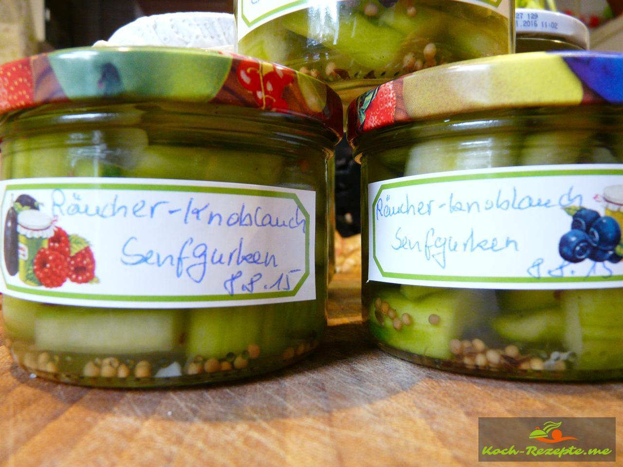Die gut verschlossenen Räucher-Knoblauch-Senfgurken mit Etiketten auszeichnen