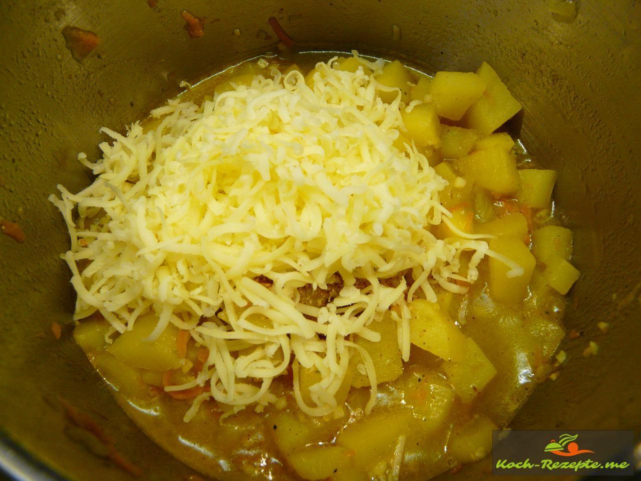 2 Minuten vor Kochende Muskat frisch einreiben und Käse einrühren
