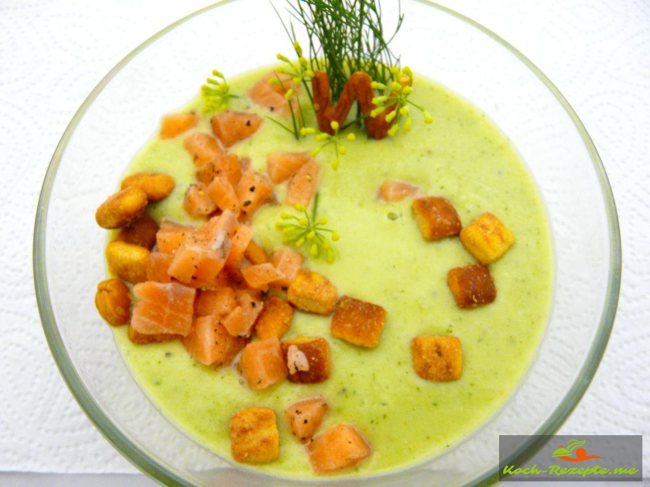 Kalte Gurken-Avocado Suppe mit Krebsfleisch und Dill garnieren mit frischem Lachs und gerösteten Brotwürfel