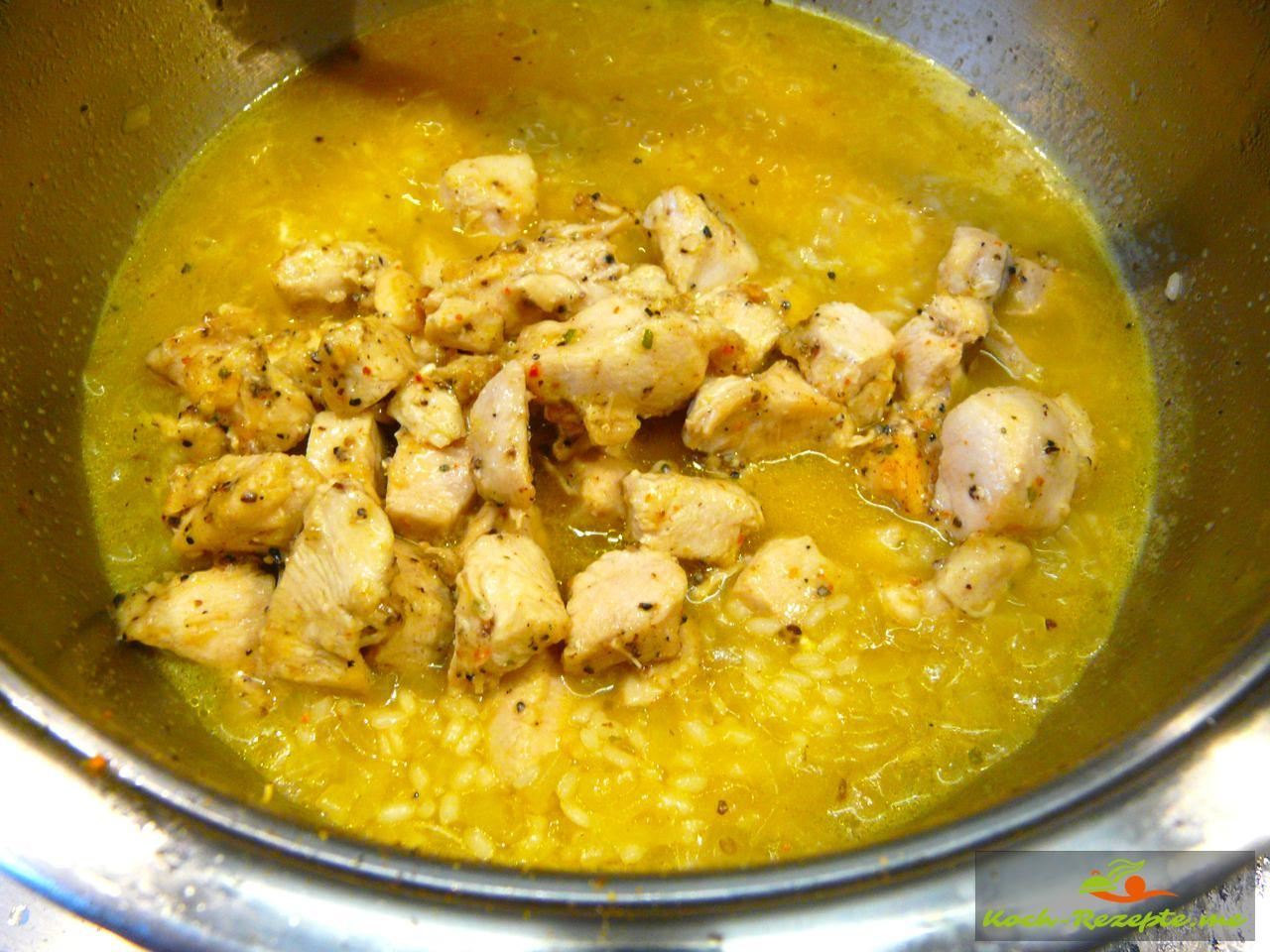 Wenn der Reis gar ist kommt das Hähnchenfleisch dazu und wird aufgekocht für 5 Minuten