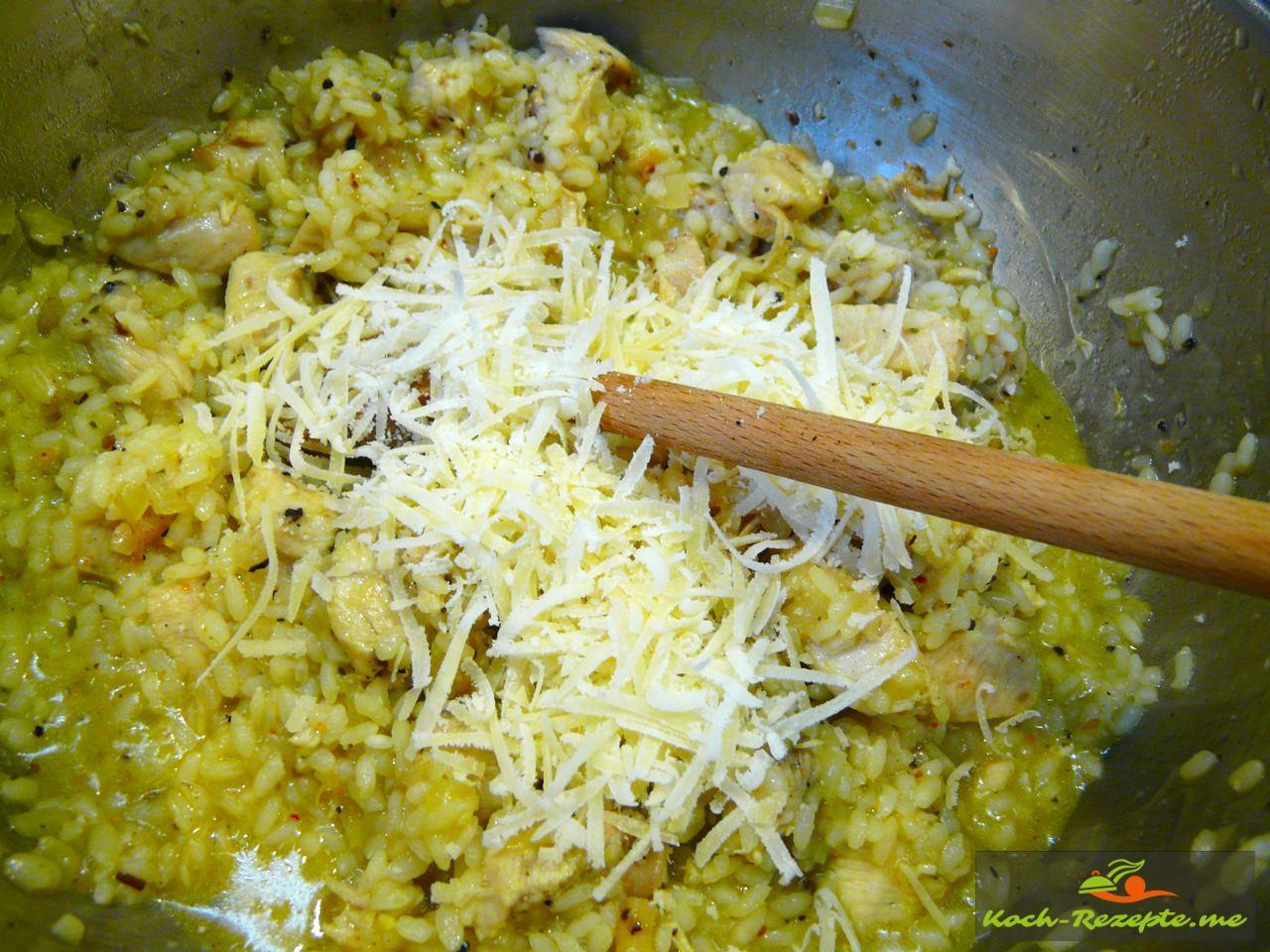 Parmesan unterrühren, abschmecken und servieren