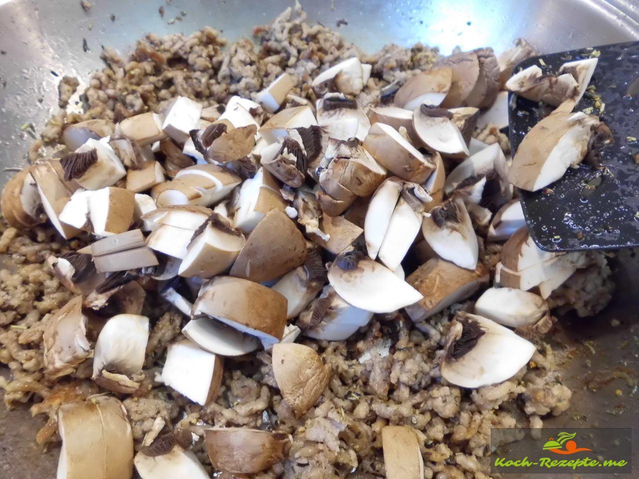Frische braune Champignon in Würfel unters Geflügelhack mischen