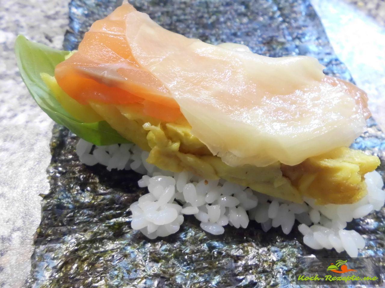 Dann das Omelette erkalten lassen um es in Streifen zu schneiden. Tamagoyaki japanische Omelette