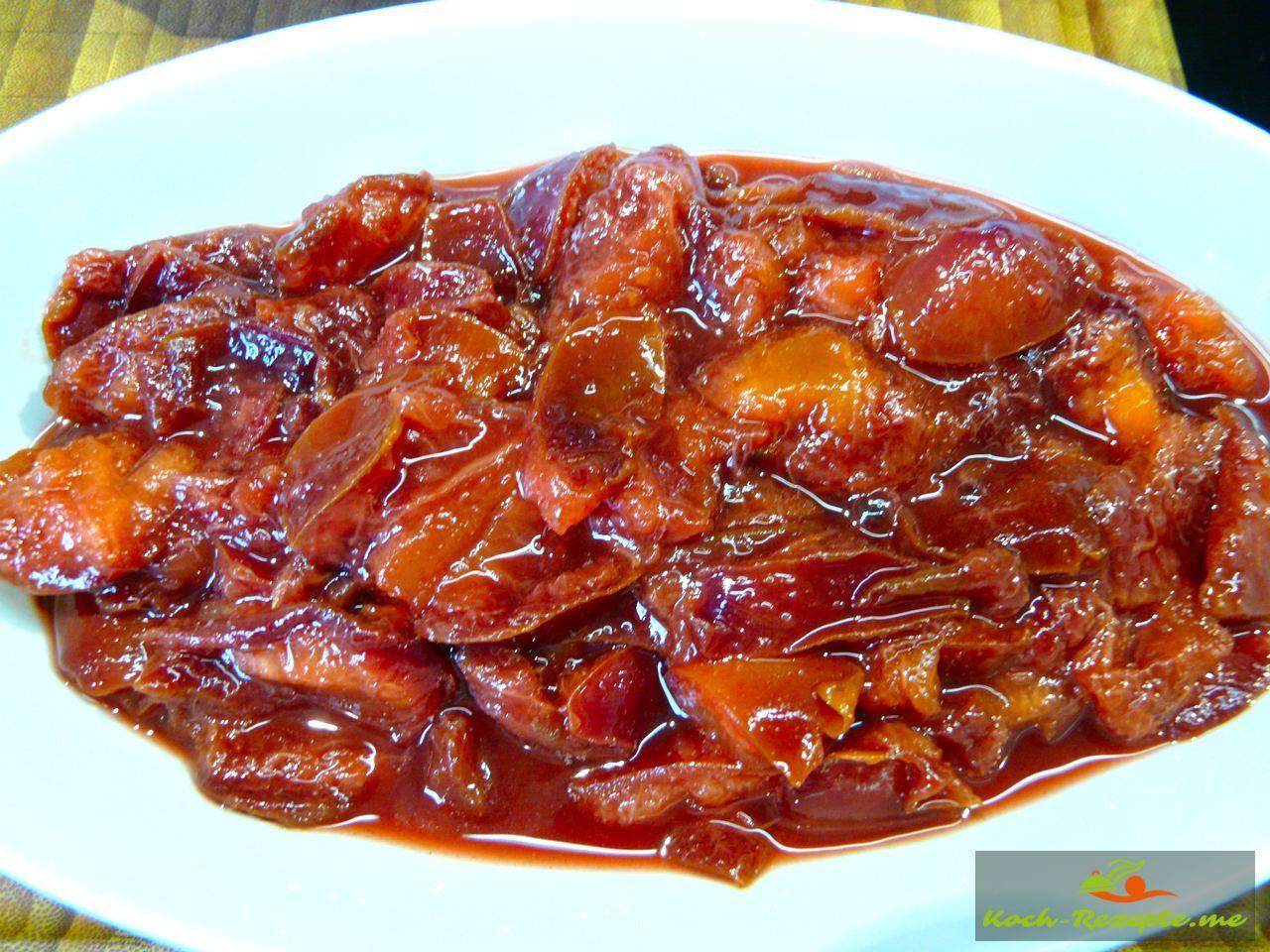 Pflaumenkompott fertig gekocht in Aiflaufform ohne Sud geben