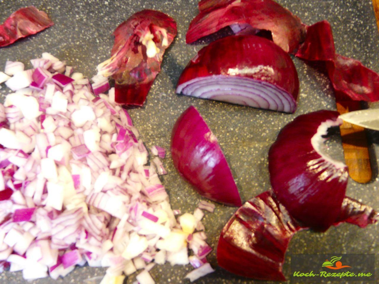 Cipolla Rossa Rote Zwiebeln fein in Würfel schneiden für einen Kompott