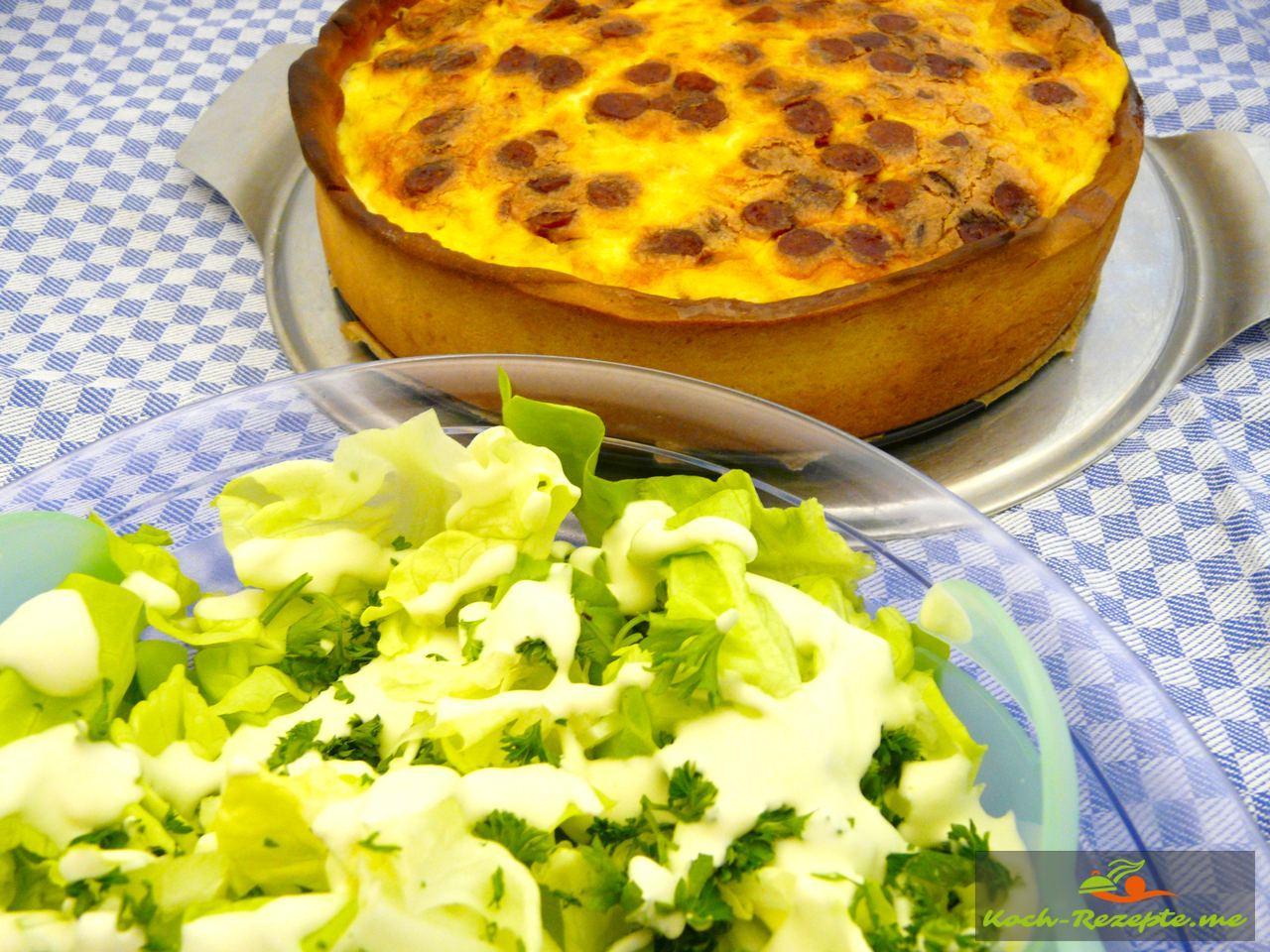Grüner Salat mit Zitronensahnesauce und Zwiebelkuchen mit Schinkensalami