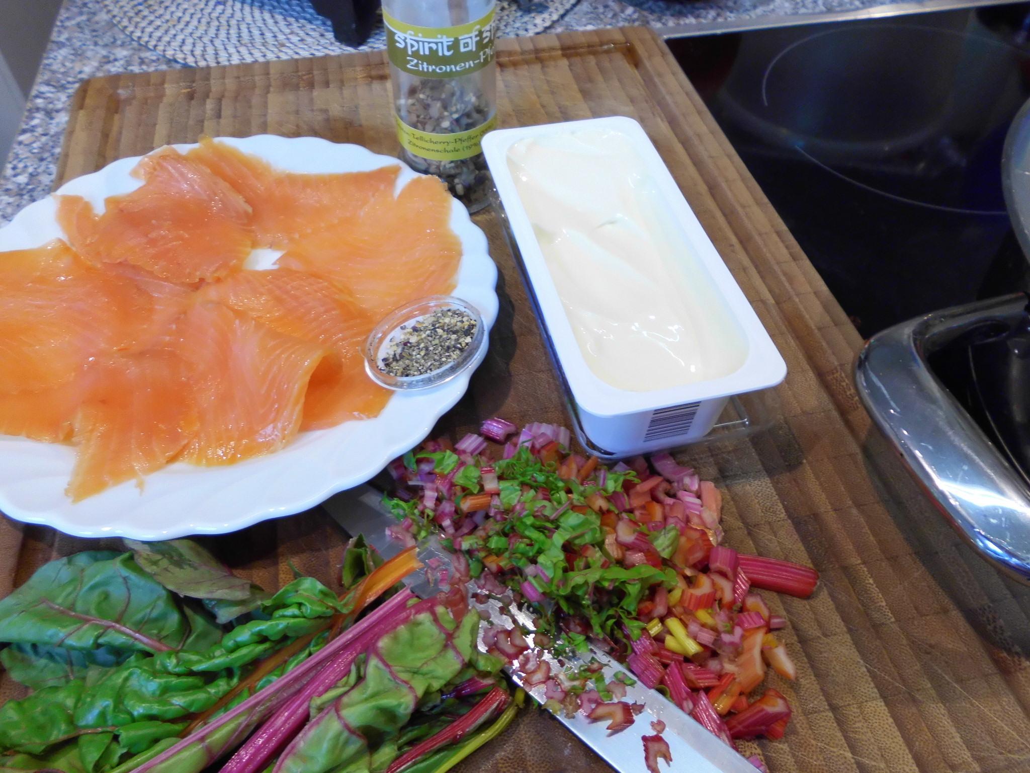 Geräucherter Lachs, Steichkäse und Mangold Blätter und die Stiele für die Sauce