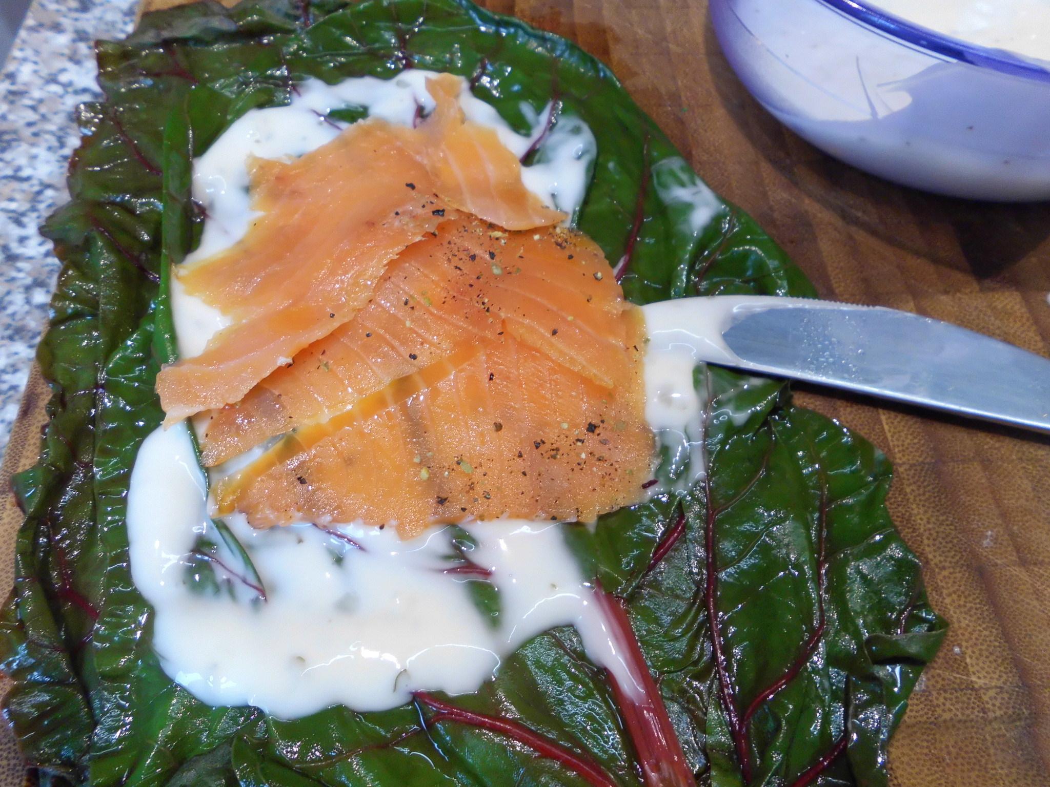 Dann wird aufs Mangoldblatt mit Käse der Lachs gelegt