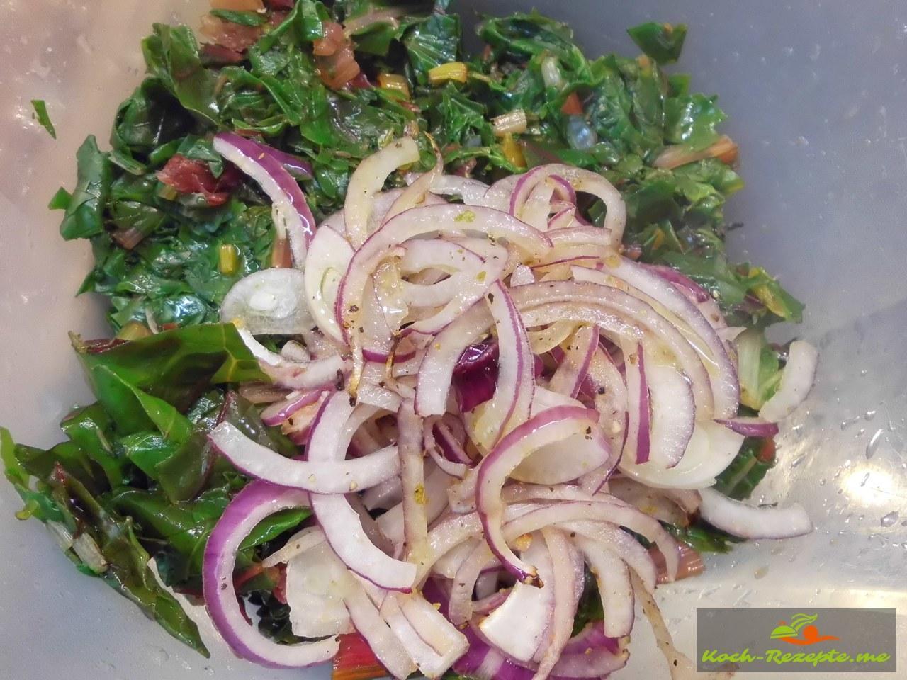 Den blanchierten Mangold mit den Zwiebeln und anderen Zutaten vermischen