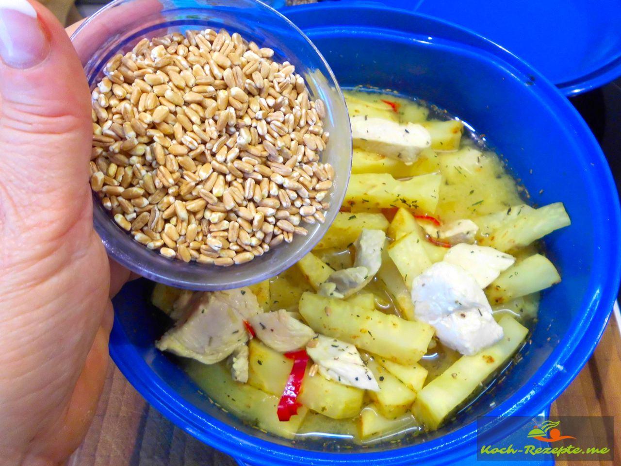 Dinkelkorn in das Gemüse mit Hähnchen geben