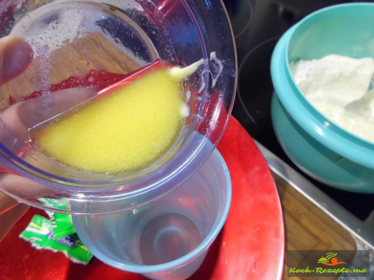 flüssige Butter ins warme Wasser gießen