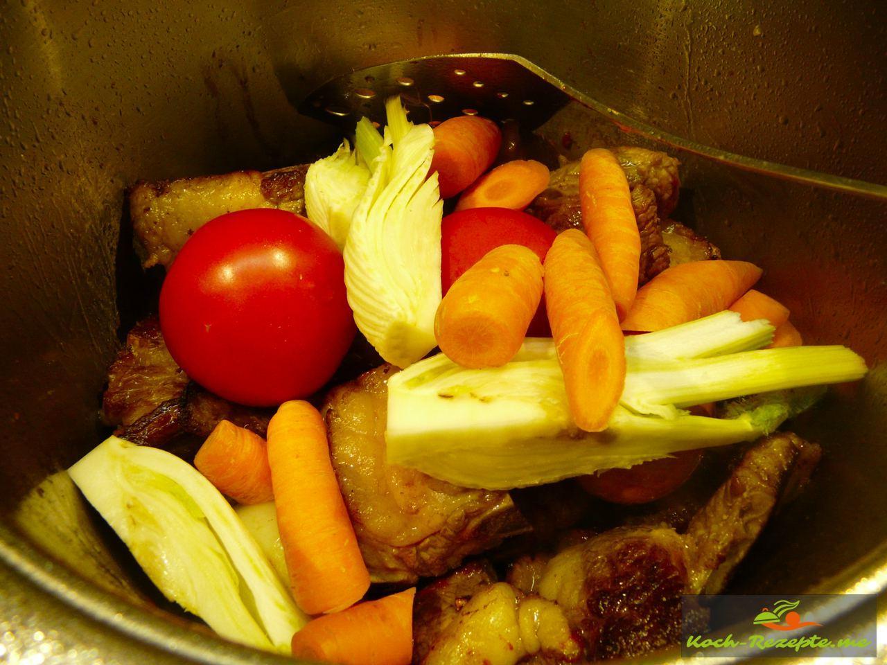 An  das Suppenfleisch  Gemüse geben