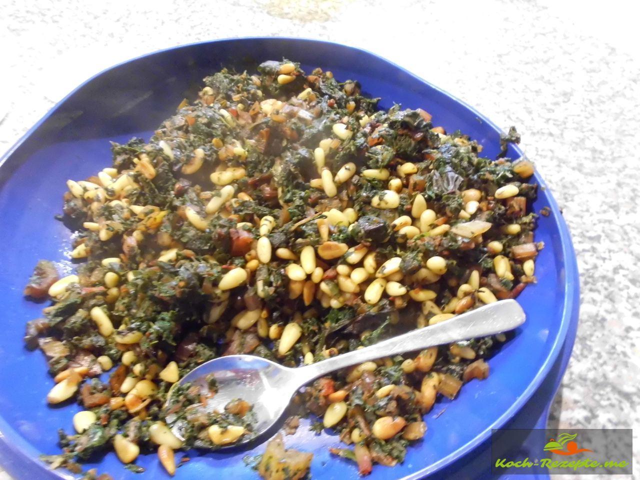 Pinienkerne anbraten und unter den Mangoldhack geben gut würzen mit Spirit of Spice